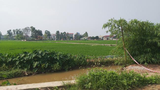 Sau khi công bố bệnh nhân 266 nhiễm COVID-19 ở Hà Nội, phong tỏa các cửa ngõ toàn xã Dũng Tiến, người dân nhờ tiếp thực phẩm qua hàng rào-10