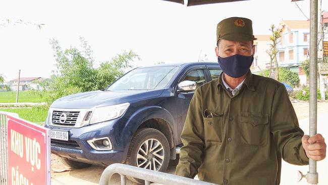 Sau khi công bố bệnh nhân 266 nhiễm COVID-19 ở Hà Nội, phong tỏa các cửa ngõ toàn xã Dũng Tiến, người dân nhờ tiếp thực phẩm qua hàng rào-1