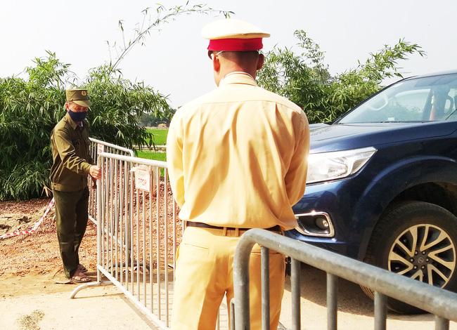 Sau khi công bố bệnh nhân 266 nhiễm COVID-19 ở Hà Nội, phong tỏa các cửa ngõ toàn xã Dũng Tiến, người dân nhờ tiếp thực phẩm qua hàng rào-2