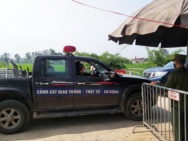 Sau khi công bố bệnh nhân 266 nhiễm COVID-19 ở Hà Nội, phong tỏa các cửa ngõ toàn xã Dũng Tiến, người dân nhờ tiếp thực phẩm qua hàng rào-3