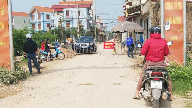 Sau khi công bố bệnh nhân 266 nhiễm COVID-19 ở Hà Nội, phong tỏa các cửa ngõ toàn xã Dũng Tiến, người dân nhờ tiếp thực phẩm qua hàng rào-6