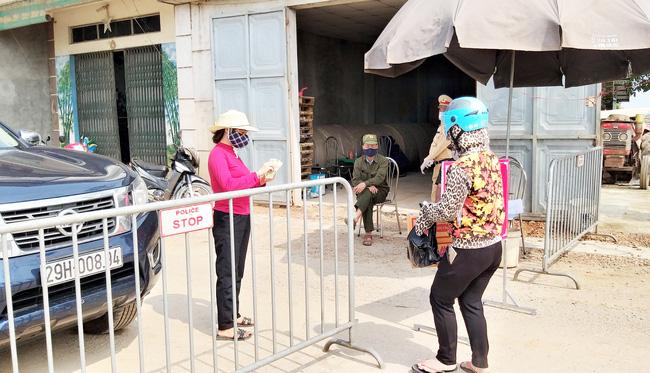 Sau khi công bố bệnh nhân 266 nhiễm COVID-19 ở Hà Nội, phong tỏa các cửa ngõ toàn xã Dũng Tiến, người dân nhờ tiếp thực phẩm qua hàng rào-7