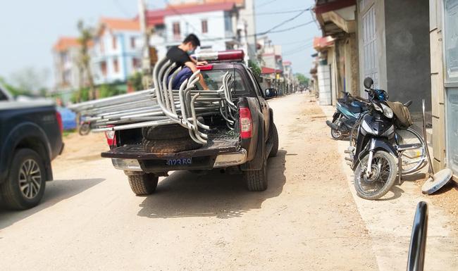 Sau khi công bố bệnh nhân 266 nhiễm COVID-19 ở Hà Nội, phong tỏa các cửa ngõ toàn xã Dũng Tiến, người dân nhờ tiếp thực phẩm qua hàng rào-8
