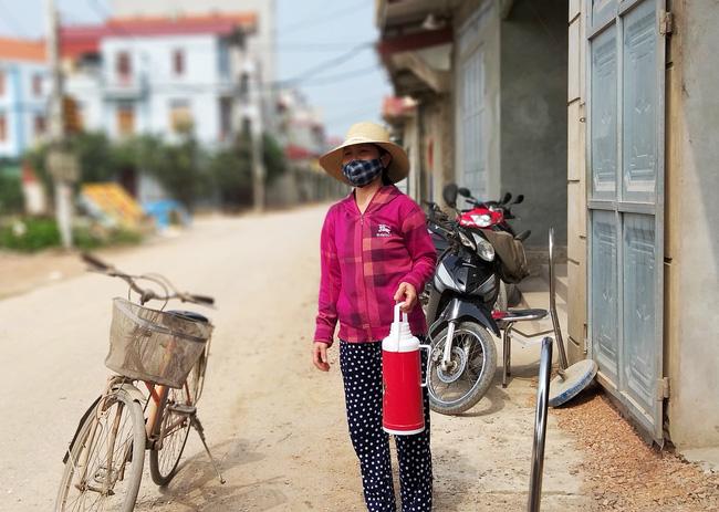 Sau khi công bố bệnh nhân 266 nhiễm COVID-19 ở Hà Nội, phong tỏa các cửa ngõ toàn xã Dũng Tiến, người dân nhờ tiếp thực phẩm qua hàng rào-9