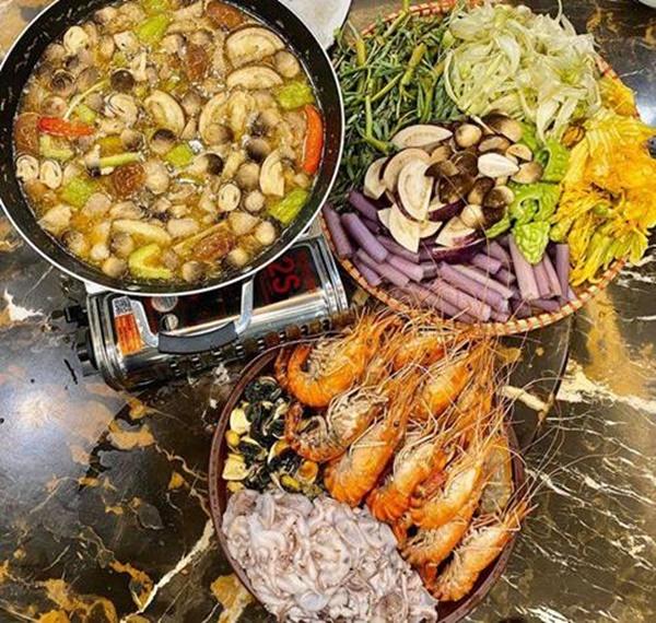 Siêu mẫu Ngọc Thạch giờ thành mẹ đảm, nấu ăn mùa dịch bị trêu Lượm hình trên mạng-2
