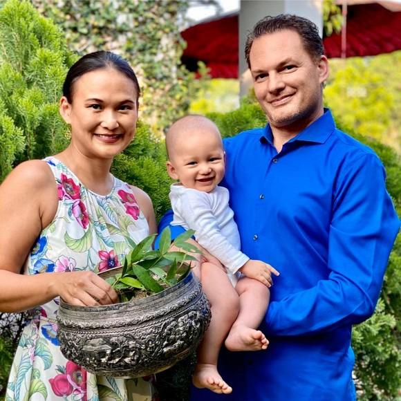 Vợ đại gia của chồng cũ Hồng Nhung khoe khoảnh khắc hạnh phúc cùng ông xã và con trai đón năm mới truyền thống Myanmar-2