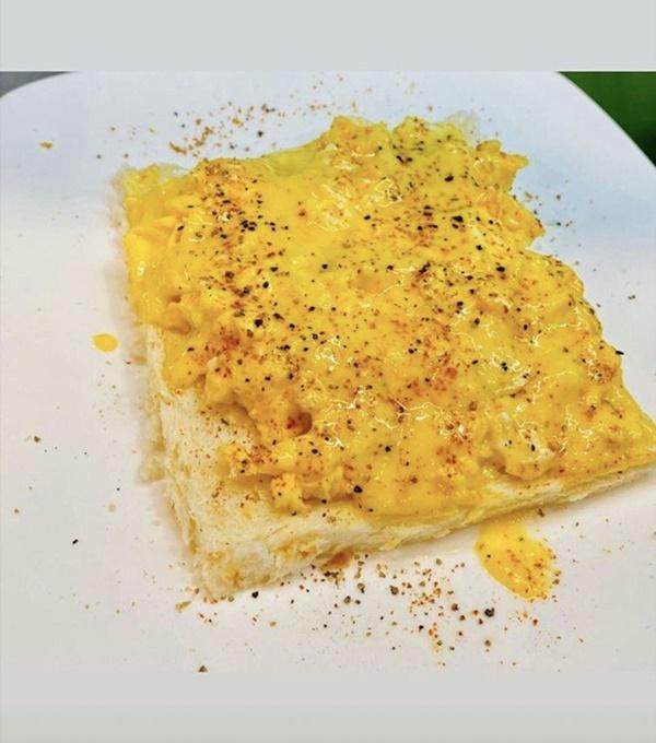 Siêu mẫu Ngọc Thạch giờ thành mẹ đảm, nấu ăn mùa dịch bị trêu Lượm hình trên mạng-14