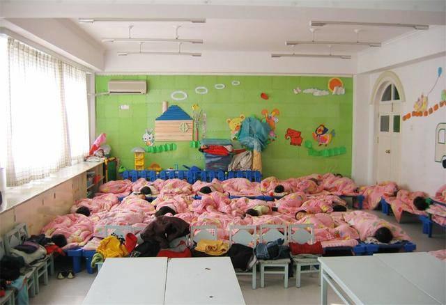 Cô giáo mầm non gửi ảnh các bé ngủ ngoan ngoãn cho phụ huynh, ai ngờ bị mọi người đồng loạt phản đối vì 1 lý do-1