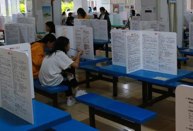 Trường học dựng vách ngăn chống dịch trong canteen, học trò ôm đầu méo mặt vì dòng chữ đặc biệt trên vách-1