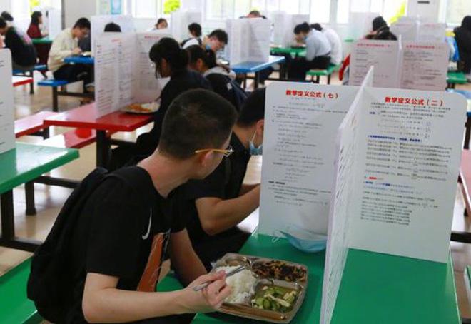 Trường học dựng vách ngăn chống dịch trong canteen, học trò ôm đầu méo mặt vì dòng chữ đặc biệt trên vách-3