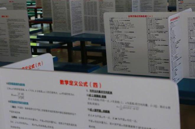 Trường học dựng vách ngăn chống dịch trong canteen, học trò ôm đầu méo mặt vì dòng chữ đặc biệt trên vách-4