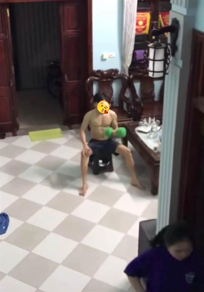 Anh trai 6 múi tập tạ giữa nhà khiến người chứng kiến trầm trồ, sự thật mới gây bất ngờ-2