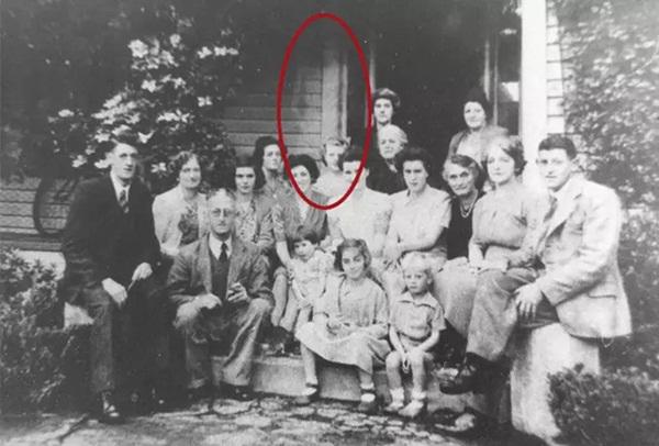 Bức ảnh chụp đại gia đình tụ họp tươi cười nhưng nhìn kỹ hơn lại là chi tiết gây sởn tóc gáy-1