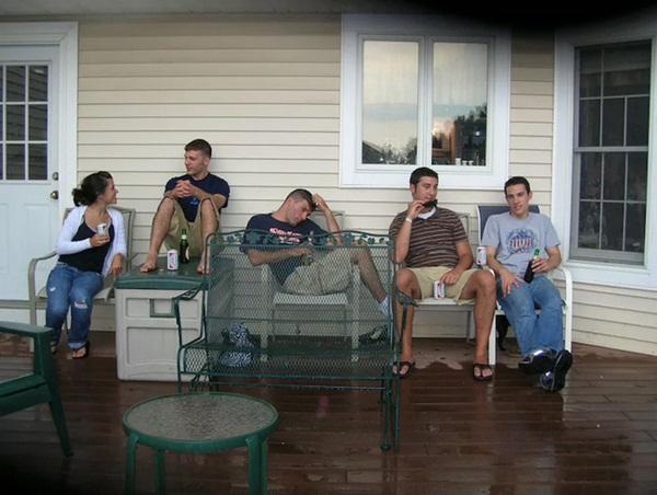 Bức ảnh chụp đại gia đình tụ họp tươi cười nhưng nhìn kỹ hơn lại là chi tiết gây sởn tóc gáy-5