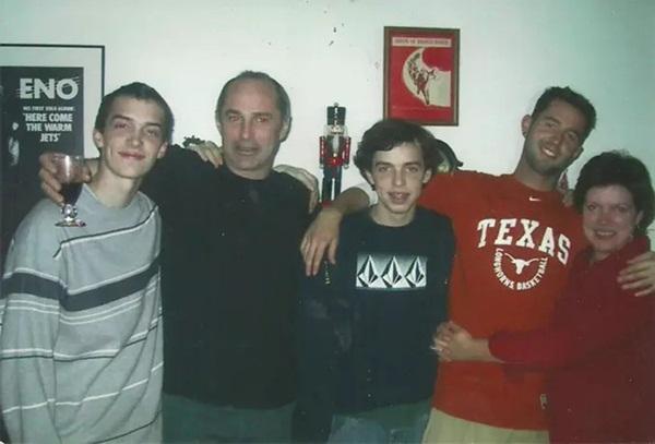 Bức ảnh chụp đại gia đình tụ họp tươi cười nhưng nhìn kỹ hơn lại là chi tiết gây sởn tóc gáy-7