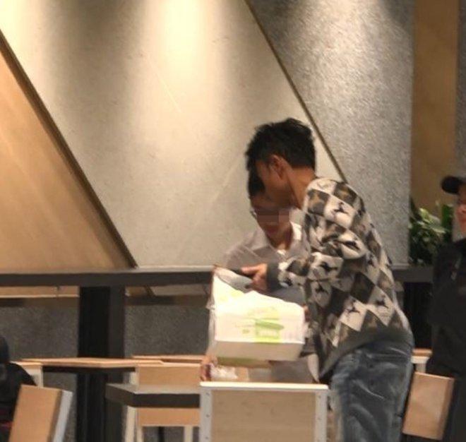 Nam diễn viên nổi tiếng dẫn con trai đi ăn nhà hàng, cậu bé làm 1 việc khiến phóng viên chụp ảnh tới tấp, đua nhau viết bài ngợi khen-4