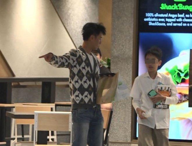 Nam diễn viên nổi tiếng dẫn con trai đi ăn nhà hàng, cậu bé làm 1 việc khiến phóng viên chụp ảnh tới tấp, đua nhau viết bài ngợi khen-5