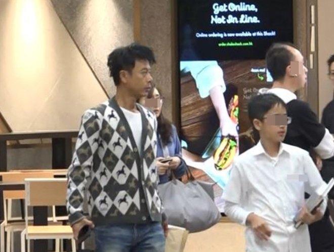Nam diễn viên nổi tiếng dẫn con trai đi ăn nhà hàng, cậu bé làm 1 việc khiến phóng viên chụp ảnh tới tấp, đua nhau viết bài ngợi khen-6