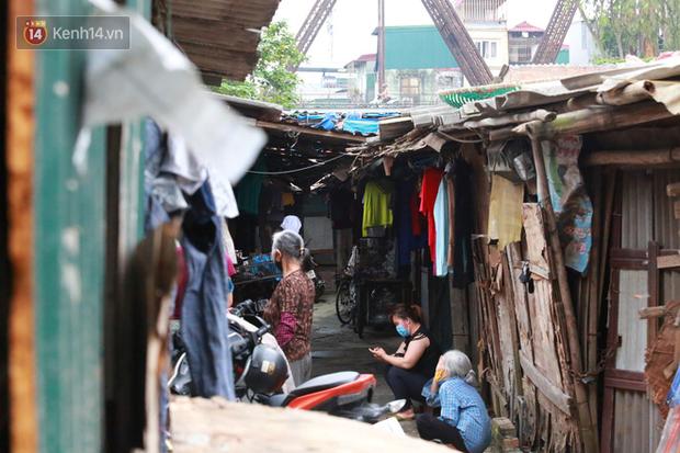 Nỗi niềm của những người lao động nghèo chơi vơi giữa Hà Nội vì đại dịch Covid-19: Sống nhờ gạo cứu trợ, cá ươn đi xin-1