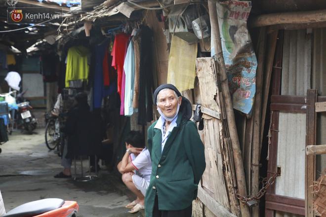 Nỗi niềm của những người lao động nghèo chơi vơi giữa Hà Nội vì đại dịch Covid-19: Sống nhờ gạo cứu trợ, cá ươn đi xin-6