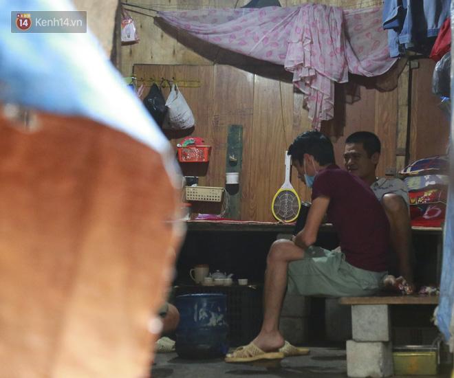 Nỗi niềm của những người lao động nghèo chơi vơi giữa Hà Nội vì đại dịch Covid-19: Sống nhờ gạo cứu trợ, cá ươn đi xin-7