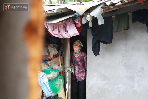 Nỗi niềm của những người lao động nghèo chơi vơi giữa Hà Nội vì đại dịch Covid-19: Sống nhờ gạo cứu trợ, cá ươn đi xin-9