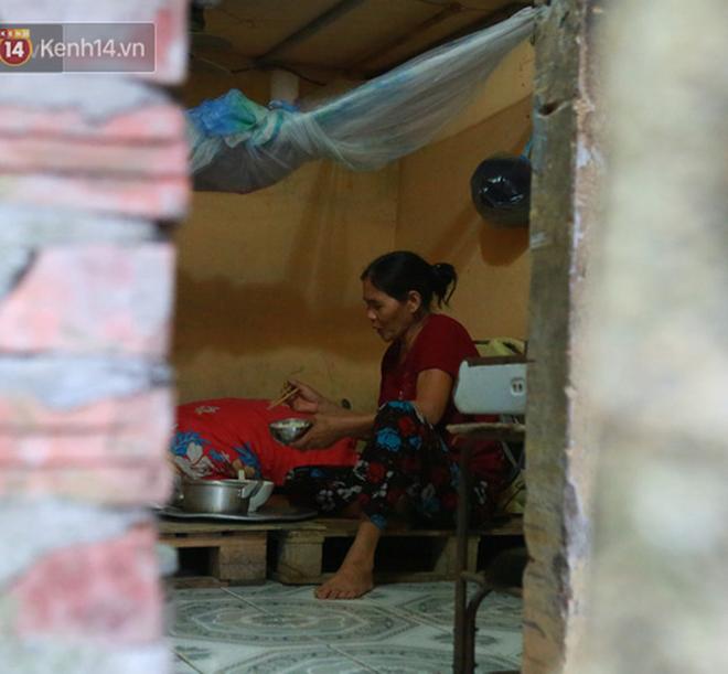 Nỗi niềm của những người lao động nghèo chơi vơi giữa Hà Nội vì đại dịch Covid-19: Sống nhờ gạo cứu trợ, cá ươn đi xin-13