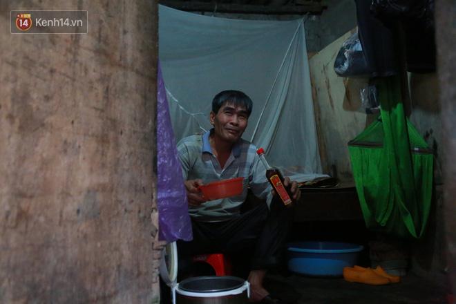 Nỗi niềm của những người lao động nghèo chơi vơi giữa Hà Nội vì đại dịch Covid-19: Sống nhờ gạo cứu trợ, cá ươn đi xin-16