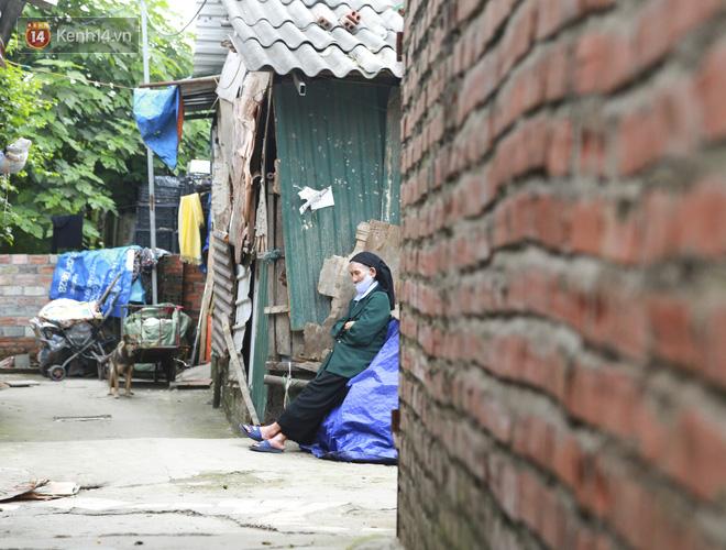 Nỗi niềm của những người lao động nghèo chơi vơi giữa Hà Nội vì đại dịch Covid-19: Sống nhờ gạo cứu trợ, cá ươn đi xin-18