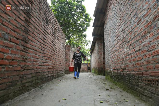 Nỗi niềm của những người lao động nghèo chơi vơi giữa Hà Nội vì đại dịch Covid-19: Sống nhờ gạo cứu trợ, cá ươn đi xin-20