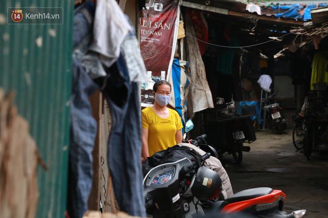 Nỗi niềm của những người lao động nghèo chơi vơi giữa Hà Nội vì đại dịch Covid-19: Sống nhờ gạo cứu trợ, cá ươn đi xin-21