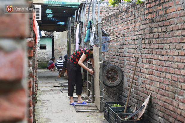 Nỗi niềm của những người lao động nghèo chơi vơi giữa Hà Nội vì đại dịch Covid-19: Sống nhờ gạo cứu trợ, cá ươn đi xin-22