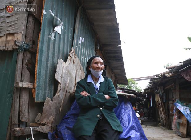 Nỗi niềm của những người lao động nghèo chơi vơi giữa Hà Nội vì đại dịch Covid-19: Sống nhờ gạo cứu trợ, cá ươn đi xin-23