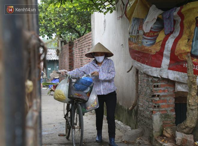 Nỗi niềm của những người lao động nghèo chơi vơi giữa Hà Nội vì đại dịch Covid-19: Sống nhờ gạo cứu trợ, cá ươn đi xin-24