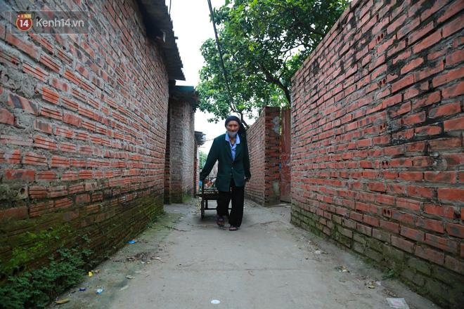 Nỗi niềm của những người lao động nghèo chơi vơi giữa Hà Nội vì đại dịch Covid-19: Sống nhờ gạo cứu trợ, cá ươn đi xin-25