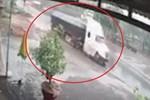 Xe tải mất lái lật nghiêng va chạm với xe bồn-1