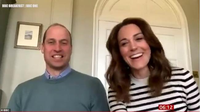 Trong khi Meghan đi phát thức ăn từ thiện, vợ chồng Công nương Kate chiếm sóng bằng cuộc phỏng vấn cởi mở, chia sẻ suy nghĩ về gia đình hoàng gia-2