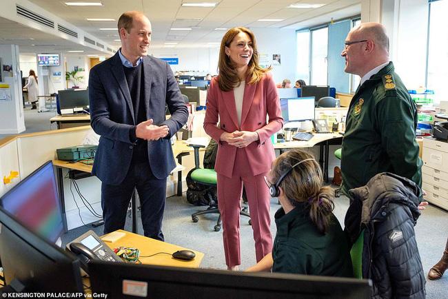 Trong khi Meghan đi phát thức ăn từ thiện, vợ chồng Công nương Kate chiếm sóng bằng cuộc phỏng vấn cởi mở, chia sẻ suy nghĩ về gia đình hoàng gia-3