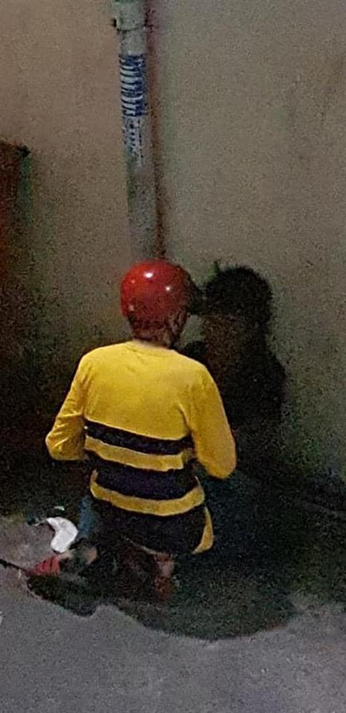 Công an vào cuộc vụ nam thanh niên mặc đồ xe ôm công nghệ giở trò đồi bại với cô gái ở Sài Gòn-1