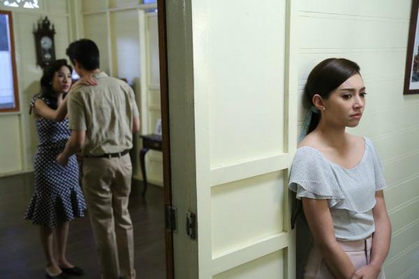 Nửa đêm bỗng nghe tiếng loảng xoảng phát ra từ phòng anh trai, tôi hốt hoảng chạy lên rồi chết trân khi thấy chị dâu váy áo xộc xệch ngất xỉu dưới sàn nhà-1