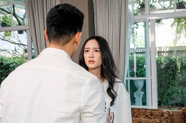 Con dâu tái hôn, mẹ chồng lẳng lặng cầm chiếc túi vải cũ kĩ đến dúi vào tay rồi vội vã ra về-1