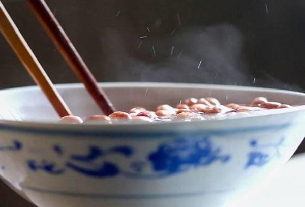 Làm lạc rang muối, dùng nước nóng hay lạnh để ngâm cho giòn, đây là cách của đầu bếp-2