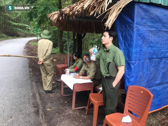 Bị chụp trộm ảnh ở chốt kiểm dịch, chiến sĩ công an đốn tim dân mạng bởi góc nghiêng cực phẩm-2