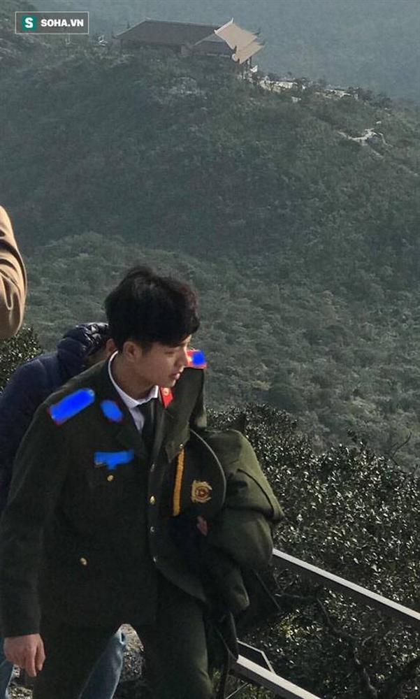 Bị chụp trộm ảnh ở chốt kiểm dịch, chiến sĩ công an đốn tim dân mạng bởi góc nghiêng cực phẩm-5