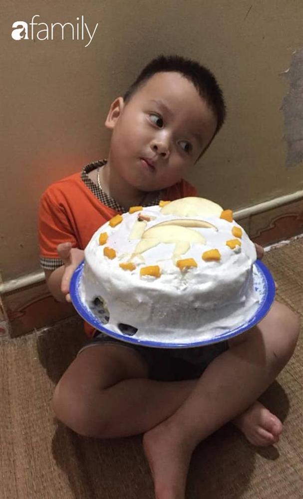Hí hửng được dì làm bánh sinh nhật, bé 3 tuổi bê chiếc bánh mà chán không muốn nhìn, dân mạng xem ảnh thì cười ốm người-3