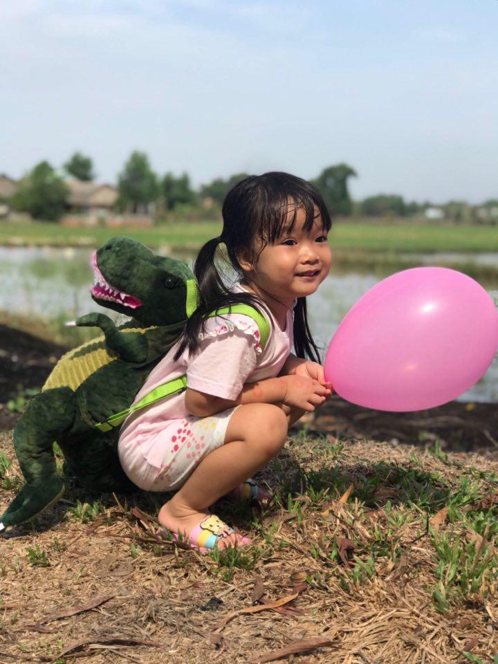 Bé gái 4 tuổi được bố cấp bằng lái xe đạp tại gia, nhìn cuộc thi sát hạch hóc búa của cô bé khiến ai cũng phải trầm trồ-5