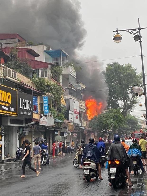 Hà Nội: Nhà 2 tầng ở phố Hàng Ngang bốc cháy dưới trời mưa, nhiều người hoảng sợ-1