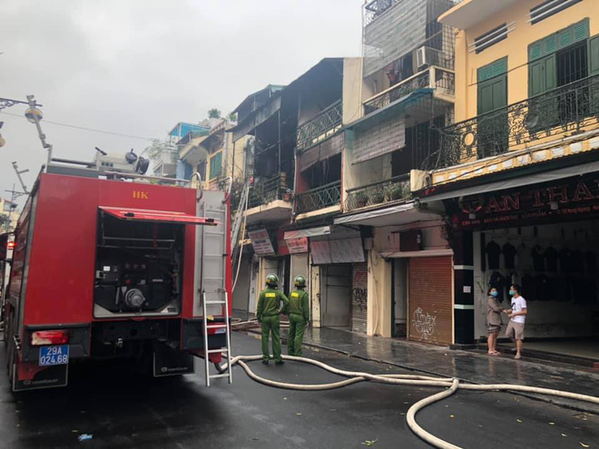 Hà Nội: Nhà 2 tầng ở phố Hàng Ngang bốc cháy dưới trời mưa, nhiều người hoảng sợ-2