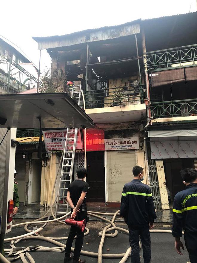 Hà Nội: Nhà 2 tầng ở phố Hàng Ngang bốc cháy dưới trời mưa, nhiều người hoảng sợ-3