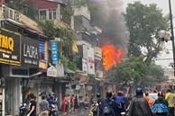 Hà Nội: Nhà 2 tầng ở phố Hàng Ngang bốc cháy dưới trời mưa, nhiều người hoảng sợ